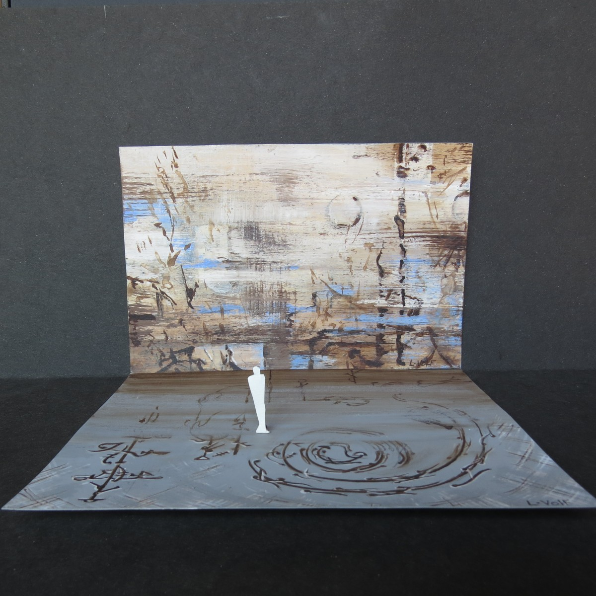 Maquette originale de Ludmila Volf. Paysage flottant qui semble avoir attrapé, hors champ, le miroitement de l'eau. Sol: partition de pas de danse en effacement